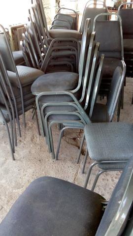 Lote de 80 cadeiras de escritório ou para igrejas