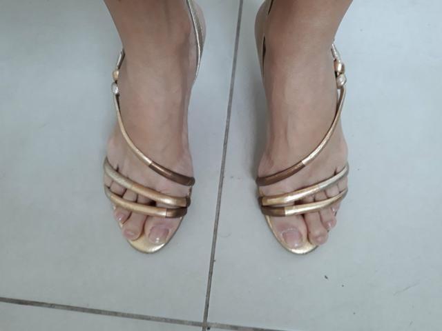 Sandalia dourada de saltinho numero 35 - Foto 3