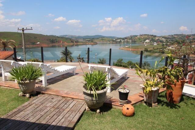 Casa térrea com 4 suítes com vista para represa em Condomínio 3 Marias