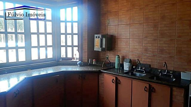 Excelente sobrado rústico, 04 quartos em piso de madeira, 03 banheiros - Foto 8