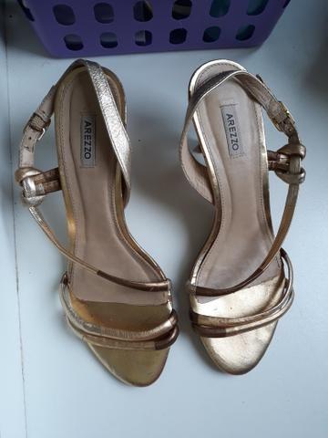 Sandalia dourada de saltinho numero 35