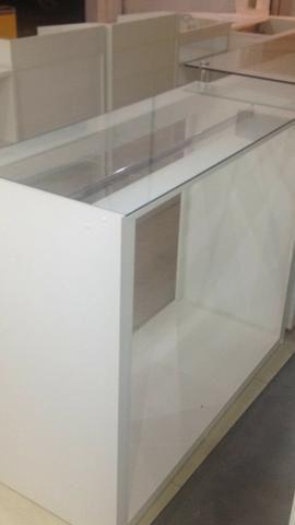 Balcão / Expositor com vidro e arara