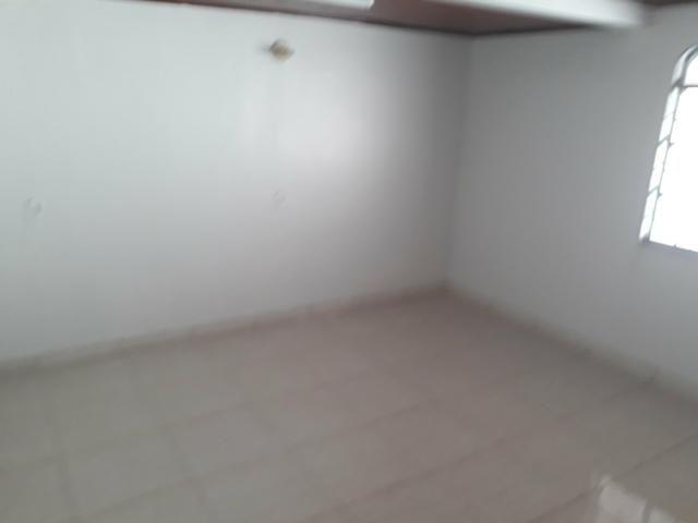 Casa à venda na QNJ. 3 quartos com amplo quintal. Desocupada - Foto 3