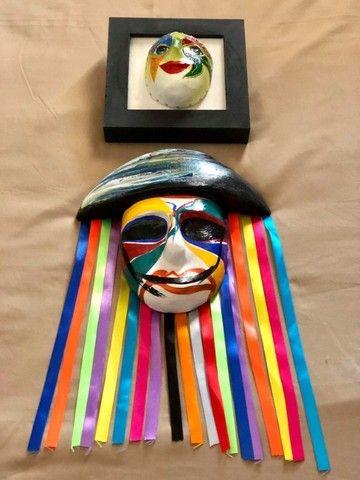 Mascara e quadro decorativo