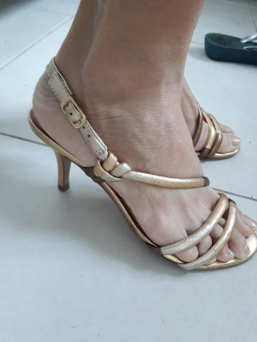 Sandalia dourada de saltinho numero 35 - Foto 4