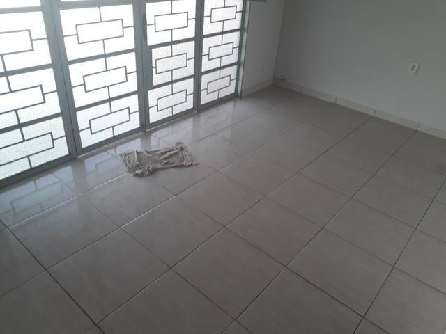 Casa à venda na QNJ. 3 quartos com amplo quintal. Desocupada - Foto 7