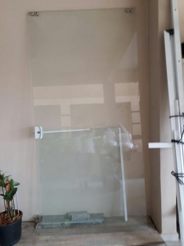 Porta de vidro mais duas folhas uma delas com recote
