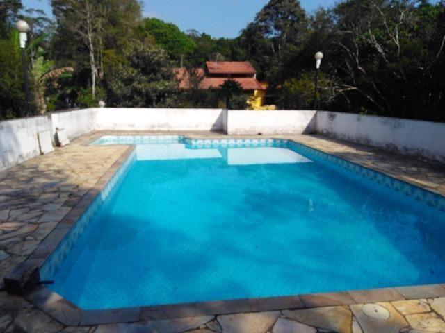 Chácara com casa de alto padrão e com linda e imensa piscina.(Tel. *)