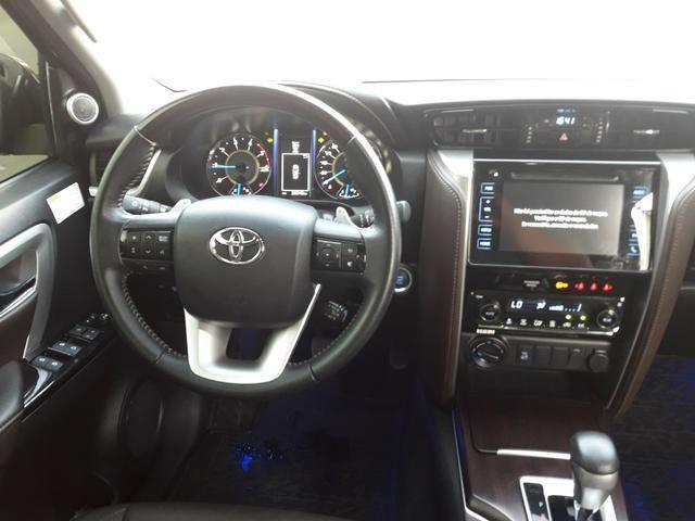 Vendo Toyota Hilux Sw4 Srx 4x4 automática, 7 lugares, financio, passo cartão - Foto 2