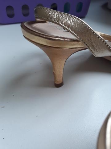 Sandalia dourada de saltinho numero 35 - Foto 2