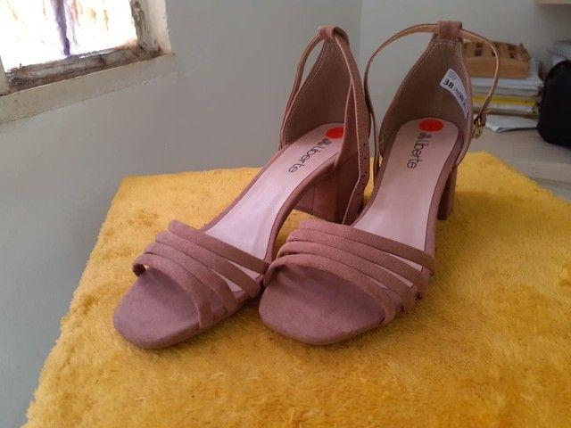 Vendo sandália de salto nova - Foto 2