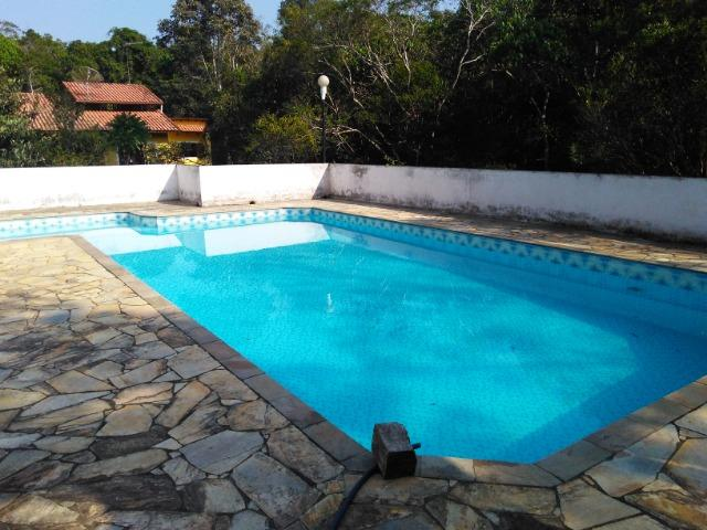 Chácara com casa de alto padrão e com linda e imensa piscina.(Tel. *) - Foto 2