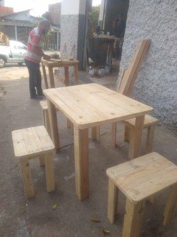 Conjunto de 2 bancos e 1 mesa em madeira de reflorestamento - Foto 3