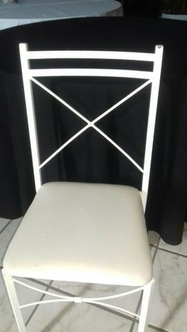 Cadeira em ferro com encosto em x e assento em korino na cor branca