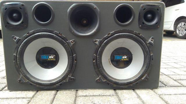 Caixa acústica para automóvel