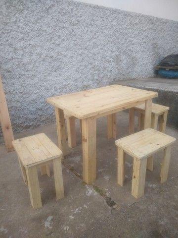 Conjunto de 2 bancos e 1 mesa em madeira de reflorestamento - Foto 4