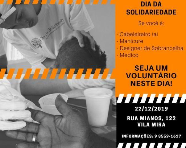 Voluntário atender ação social para natal feliz