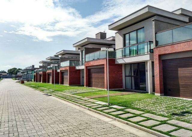 Casas de alto padrão em condomínio vizinho ao shopping
