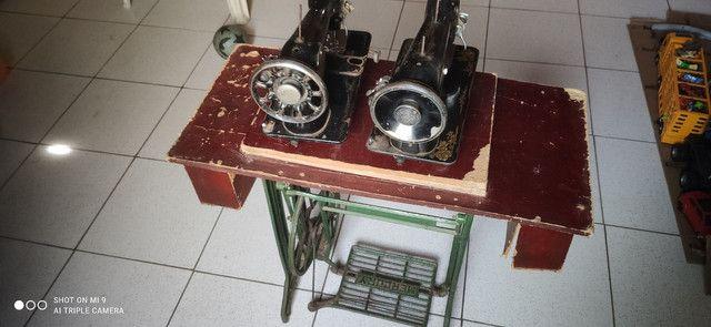 Duas máquinas uma  Singer e outra glória pé próprio pra máquina