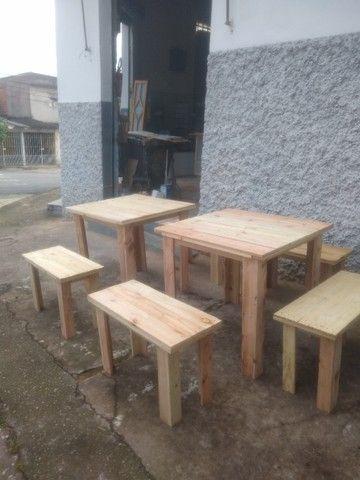 Conjunto de 2 bancos e 1 mesa em madeira de reflorestamento - Foto 2