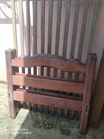 Cama de solteiro, em madeira Angelim 200,00
