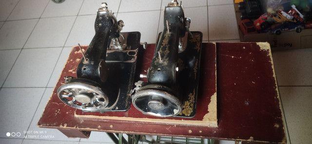Duas máquinas uma  Singer e outra glória pé próprio pra máquina  - Foto 5