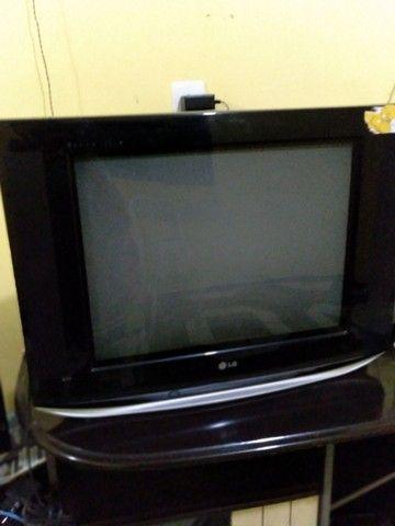 Vendo uma mesa ou três cadeiras em uma televisão - Foto 2