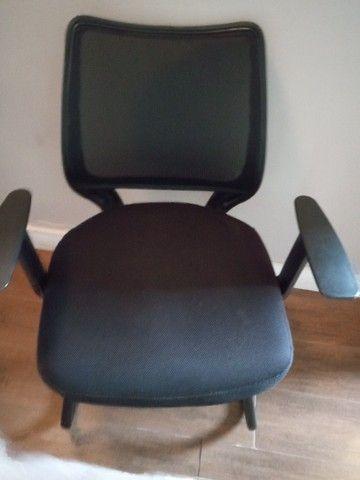 03 cadeiras de escritório em excelente estado /R$150 cada ou R$400 pelas 3. - Foto 2