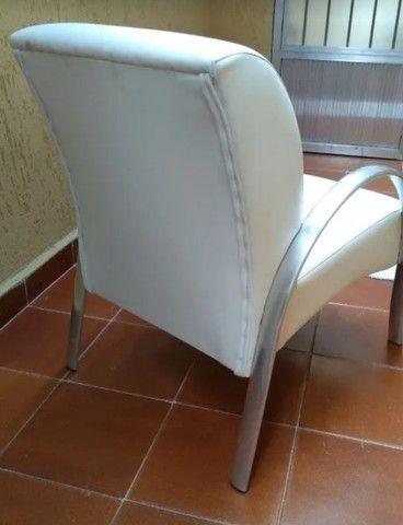 Poltrona couro tok stok usada branca - Foto 4