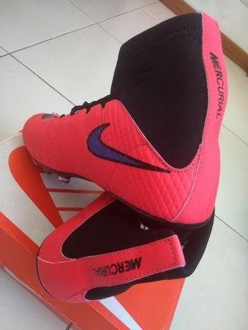 accd7c1665 Chuteira Nike Mercurial Hipervenom Botinha Vermelha e Azul Marinho ...