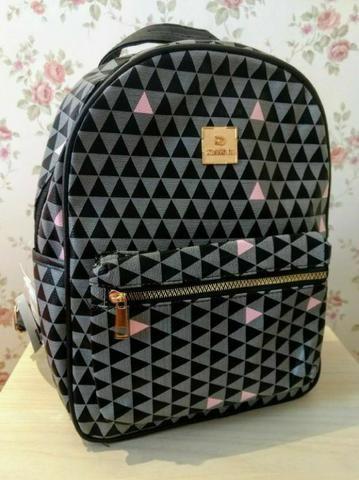 4b4273344 Bolsa Mochila Feminina Média Couro Sintético Linda Estampa geométrica cinza  e rosa