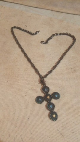 corrente com pingente crucifixo com pedrarias coloridas - Foto 2