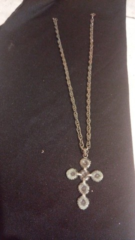 corrente com pingente crucifixo com pedrarias coloridas - Foto 3