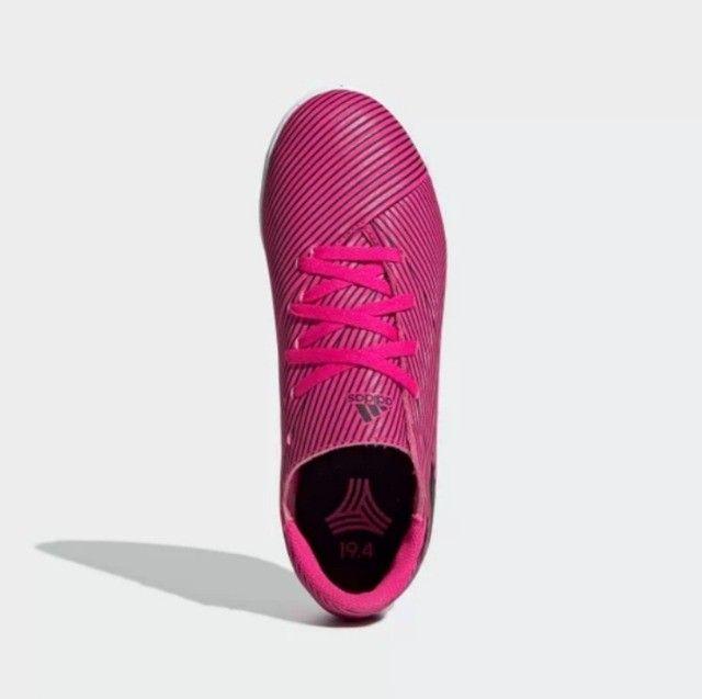 Vende-se Chuteira Futsal Original da Adidas Nemeziz 19 4 IN - Pink+Preto semi nova - Foto 3