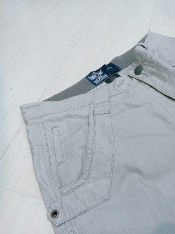calça beagle brim com risca giz reta tam 42 veste 44 listrada semi nova sem marcas - Foto 5
