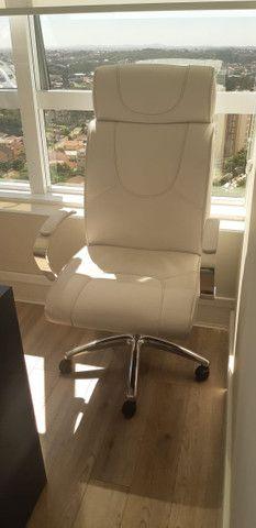 Conjunto de Cadeiras Couro Ecológico Brancas p Escritório - Novas - Foto 4