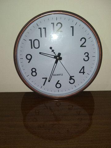 Relógio de parede grande.