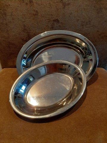Conjunto de 2 travessas em aço inox (26,5x20cm, 23x17cm).