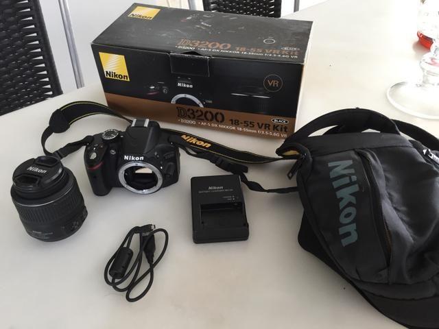 Máquina fotográfica Nikon D3200 com lente AF-S DX 18-55 mm VR