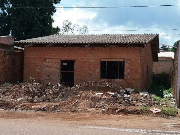 Casa na Av Costa e Silva, no B. Aponião (04 de Janeiro