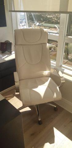 Conjunto de Cadeiras Couro Ecológico Brancas p Escritório - Novas - Foto 5