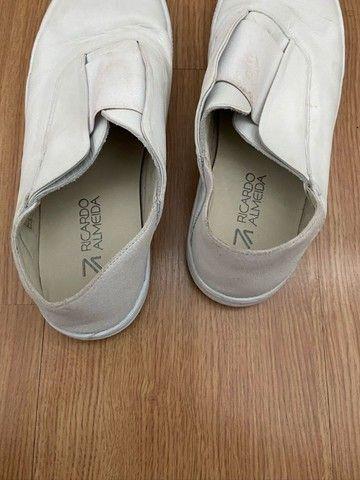 tênis slip on elástico - ricardo almeida - original 38 - couro - branco - usado 1 vez - Foto 4