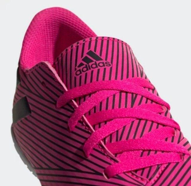 Vende-se Chuteira Futsal Original da Adidas Nemeziz 19 4 IN - Pink+Preto semi nova - Foto 2