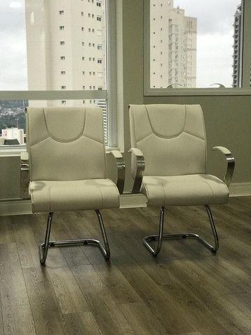 Conjunto de Cadeiras Couro Ecológico Brancas p Escritório - Novas - Foto 2