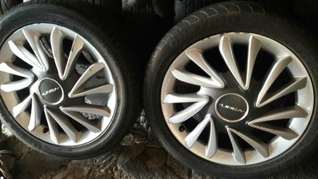 Vendo rodas 17 do fiat linea pneu seminovo dar pra rodar muito ainda