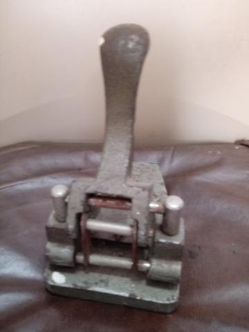 Furador de papel em ferro