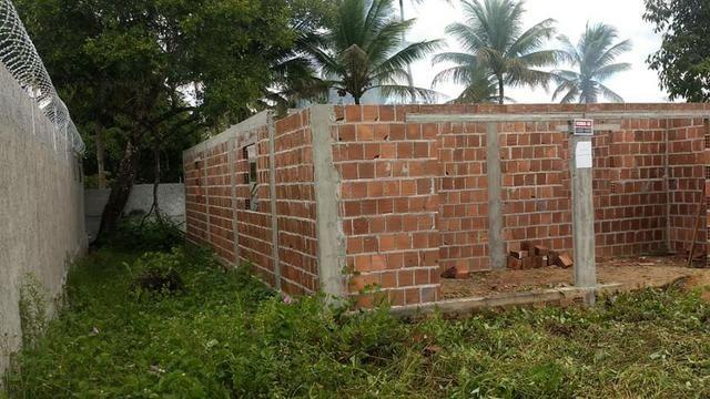 Terreno com uma casa em construção