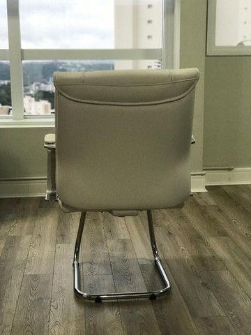 Conjunto de Cadeiras Couro Ecológico Brancas p Escritório - Novas - Foto 3