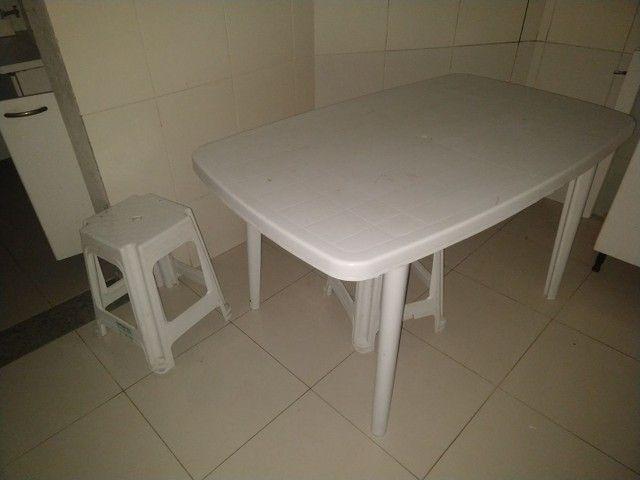 Vendo mesa retangular de plástico com 2 banquetas