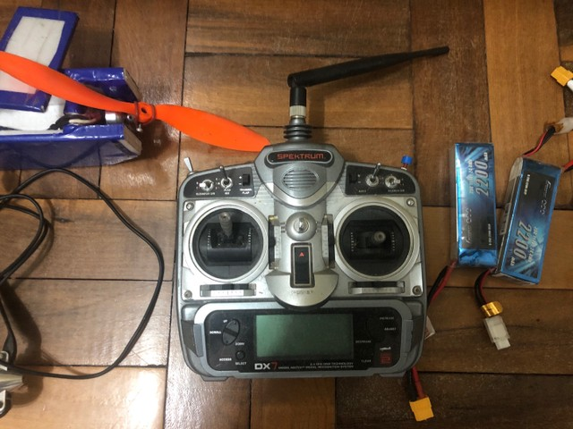 2 aeromodelos + controle spektrum dx7 + bateria